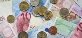 Eine Ansammlung Euronoten und Münzen