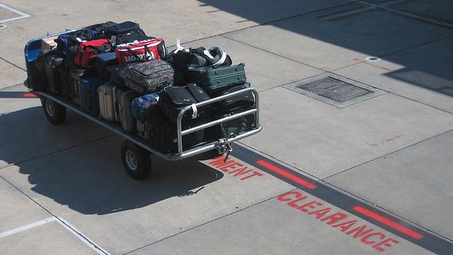 Gepäck wird zum Flugzeug gebracht